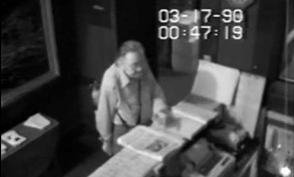 OVERVÅKET: Da FBI slapp overvåkningsvideoen fra det oppsiktsvekkende kunstyveriet i Boston, USA, i 1990, kunne publikum med selvsyn studere en av uidentifiserte mennene som stjal kunst verdt flere milliarder kroner. Foto: REUTERS/FBI