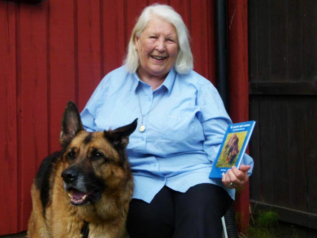 """Turid Rugaas har lang erfaring med hunder, og jobber i dag med å utdanne hundeinstruktører. Hun har blant annet også skrevet boken """"Kunsten å overleve: De dempende signalene"""".  Foto: Privat"""