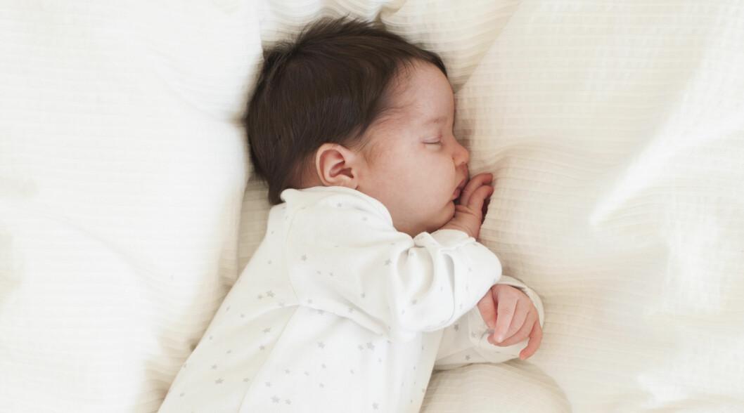 <strong>UNNGÅ FLATT HODE:</strong> Din baby skal fortsatt ligge på rygg ved søvn, men ved å variere babyens hodeleie, kan du forhindre utviklingen av flatt bakhode.  Foto: NTB/Scanpix