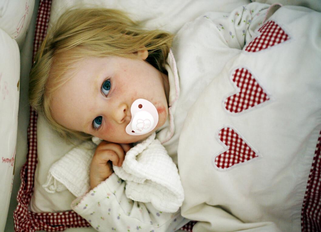 UTFORDRENDE Å SLUTTE MED SMOKKEN: Det kan ofte være utfordrende for både barnet og foreldrene når det er på tide med smokkestopp.  Foto: NTB/Scanpix