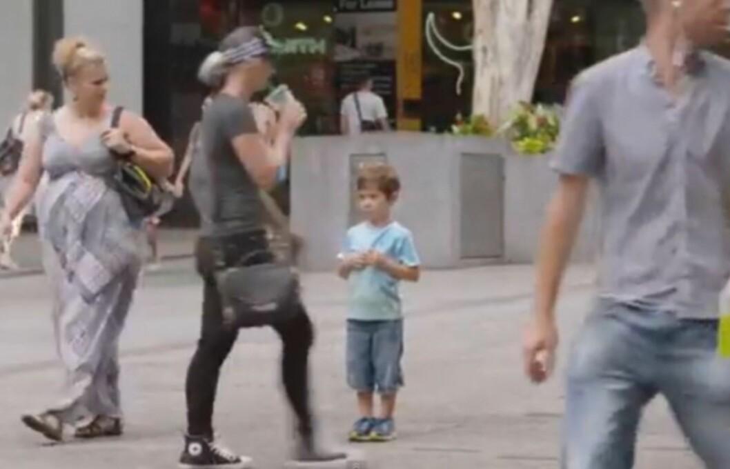 <b> BORTKOMMET BARN </b> Bare 21 personer stanset for å hjelpe barna i løpet av totalt åtte timer, viser et sosialt eksperiment fra Australia Foto: You Tube
