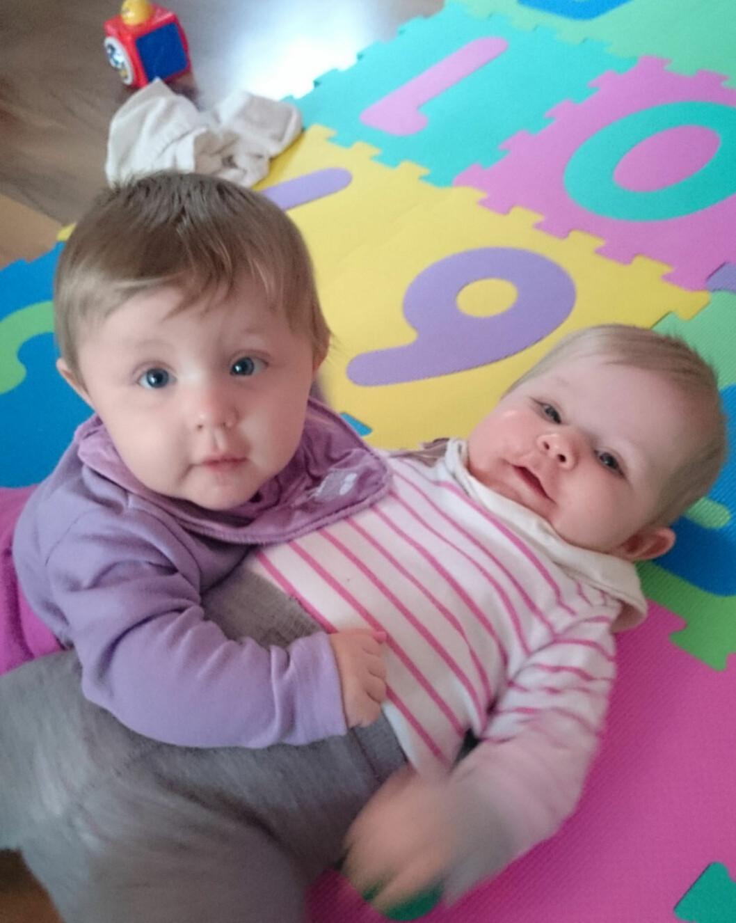 <strong>FULL FART:</strong> Ida og Hanna er blitt et år gamle. Foto: privat