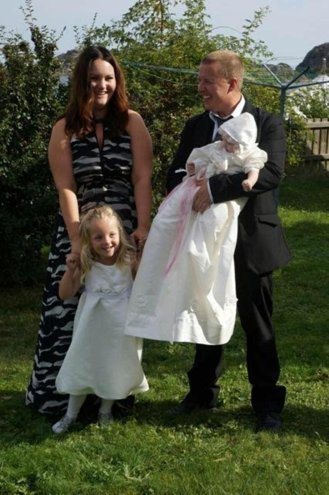 <strong>DÅP:</strong> Familien på fire samlet etter Mariell sin dåp. De er glad fr tiden de fikk med jenta si, som brått døde uten forvarsel desember 2014. Foto: Privat