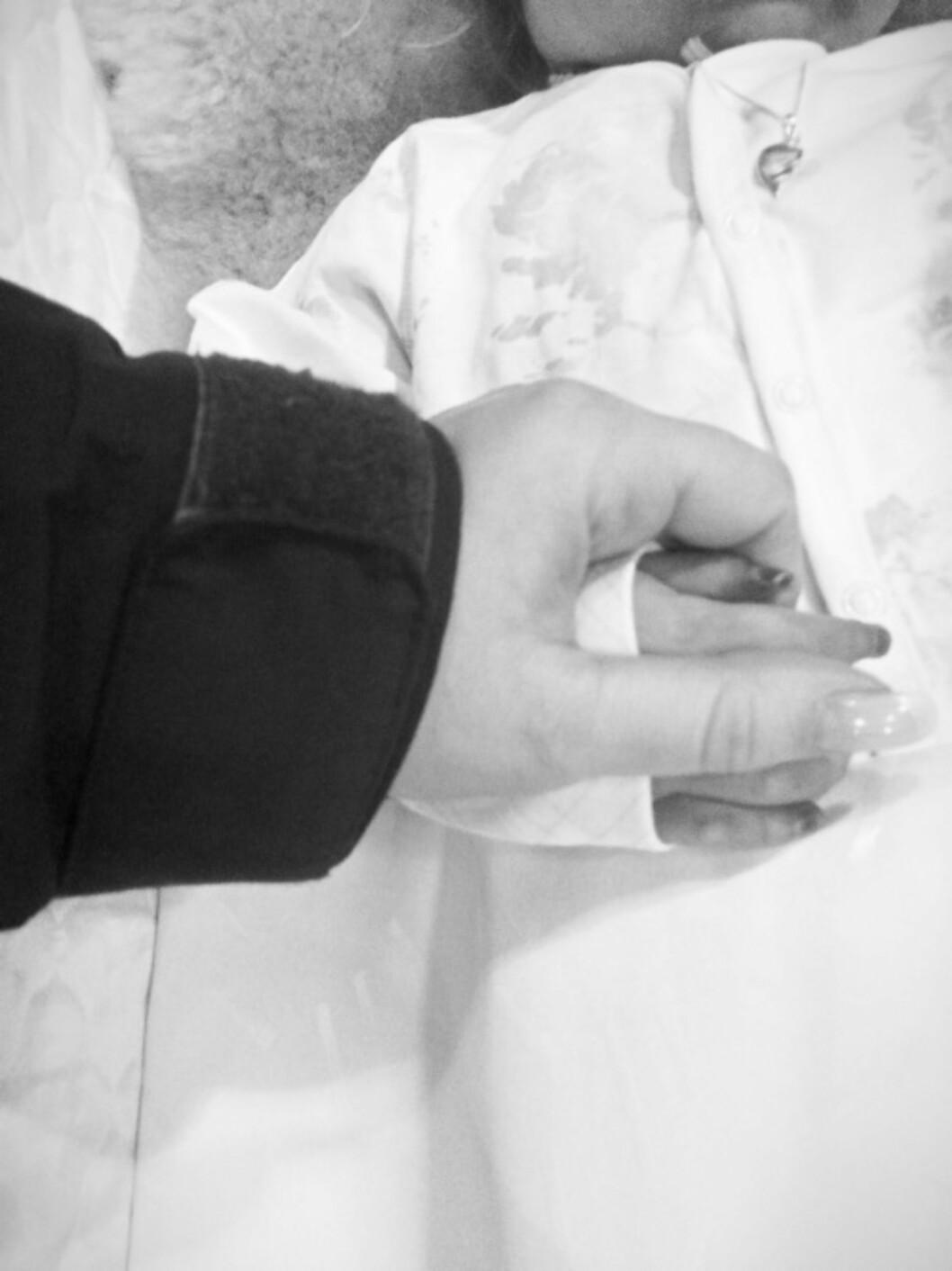 - Dette var siste gangen jeg fikk holde den lille hånda til Mariell. Foto: Privat
