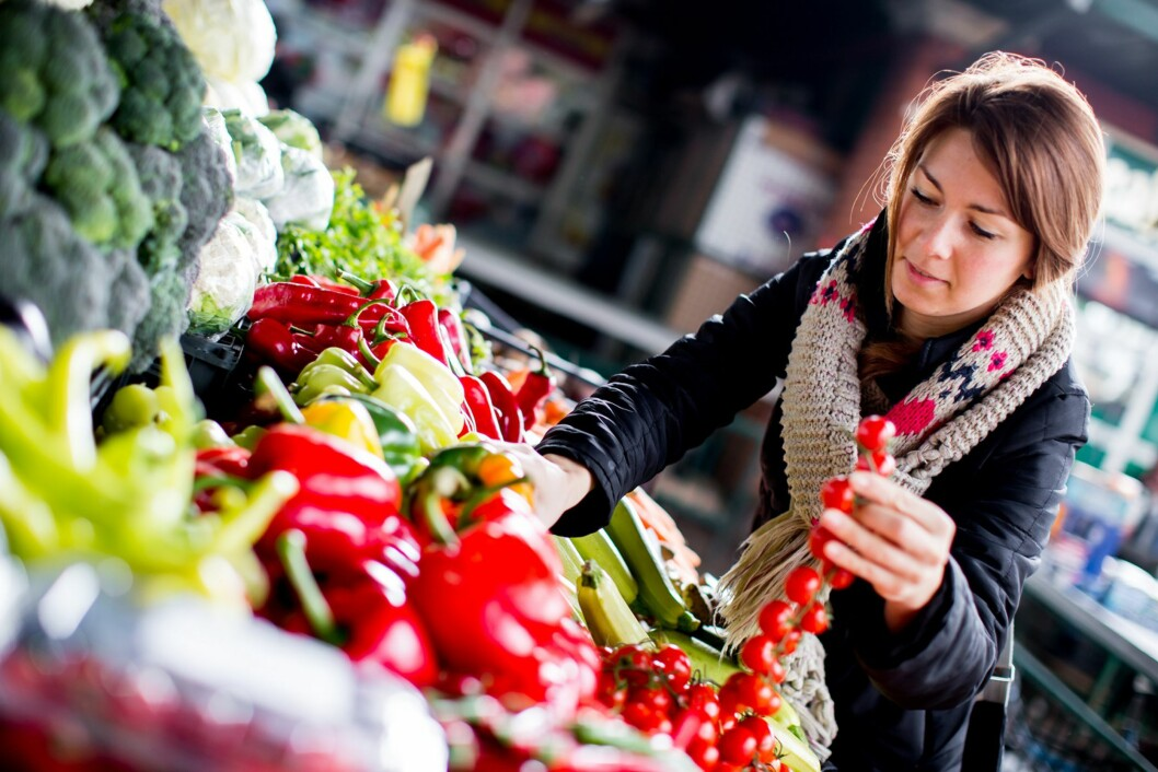 BRUK RÅVARENE: Frukt og grønt blir billigere og billigere å kjøpe inn. Tenk hva du kan bruke grønnsakene til. Og hva kan du lage av restene. Kanskje grønnsakpuré? Foto: NTB/ Scanpix