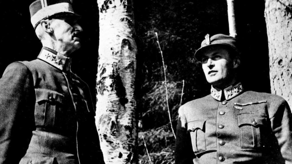 MOLDE 29. APRIL: Krigen har vart i snart tre uker. Kong Haakon VII og kronprins Olav har søkt ly i skogen utenfor Molde. De har vært et ettertraktet mål for bombeflyene gjennom disse tre ukene. Alf R. Jacobsen skriver med innsikt og autoritet om aprildagene 1940. Foto: Per Bratland / NTB arkiv / Scanpix