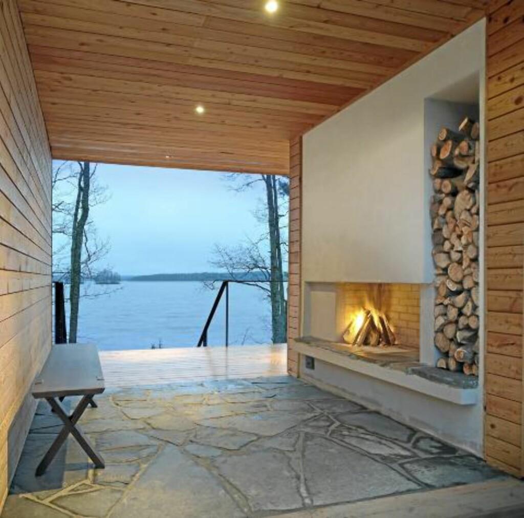 ÅPNER OPP: Med ly for vær og vind og ild på peisen er dette et ute-innerom. © FOTO: Hans Koistinen