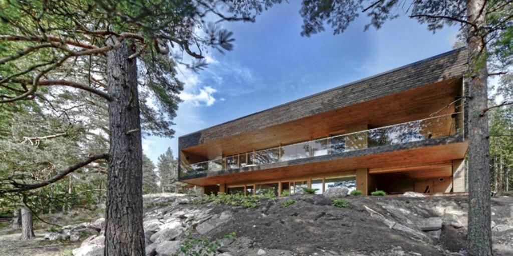 KOMPROMISSLØS: Denne to-etasjers villaen i det superstramme formspråket er spesiallaget til en kunde.  FOTO: Timo Laaksonen