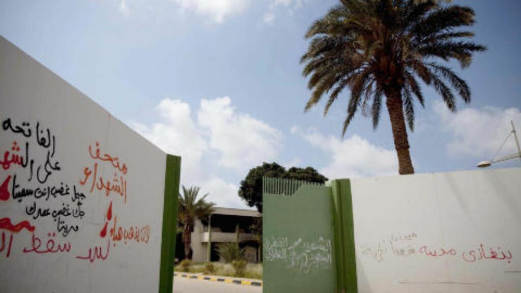 TAGGET OG ØDELAGT: Det mange kilometer store Kadhafi-komplekset i kystbyen Benghazi er sprayet full av grafitti som sier død over diktatoren, frihet og demokrati. Da Kadhafi var i Benghazi bodde han bak disse murene, sammen med etterretning og militære. Nå er alt ødelagt av Benghazi-befolkningen.