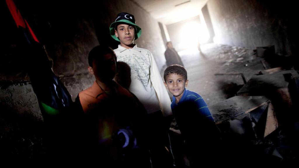 VALFARTER GROTTENE: Hver eneste dag kommer tusenvis av libyere, gammel og ung, til Kadhafis underjordiske fengsler. Her skjeller de obersten ut etter noter og sier de håper på et nytt liv i fred og frihet. Foto: Tomm W. Christiansen