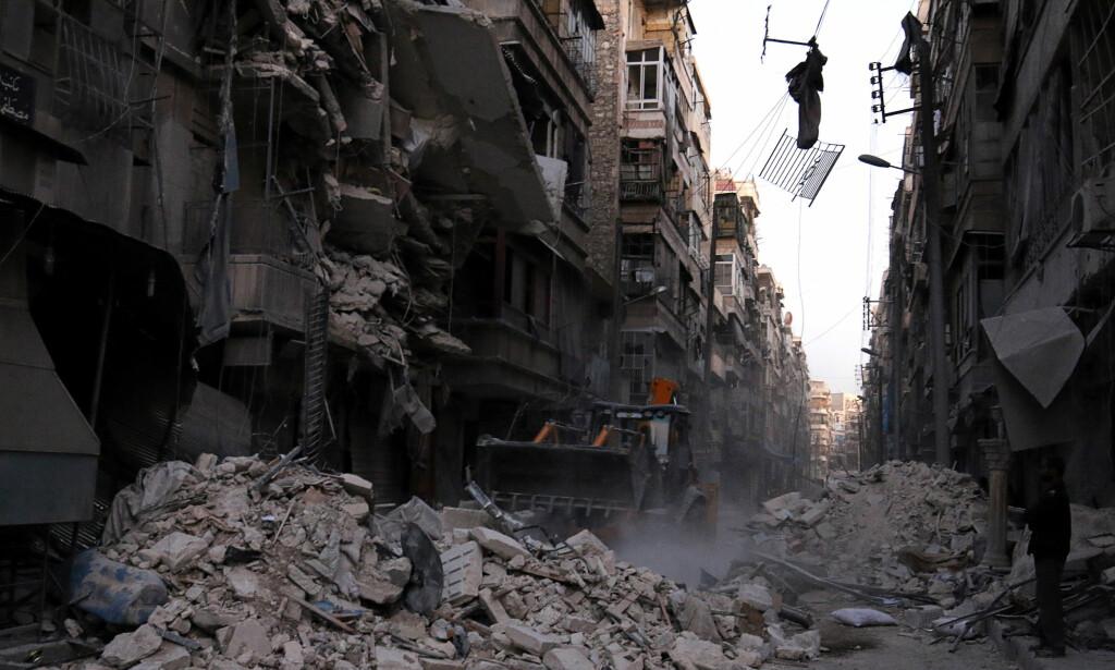 ARBEIDER I RUINENE: Store deler av Aleppo ligger i ruiner etter flere års krig. Her et bilde fra nabolaget al-Shaar i Øst-Aleppo. FOTO: REUTERS/Abdalrhman Ismail/NTB SCANPIX