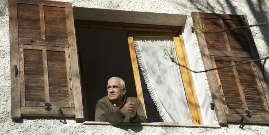 UTSIKTSPOST: Mye viktig informasjon kan hentes fra utsiktsposten i vinduet. Å følge med i hva som skjer nede på piazzaen hører med til dagliglivet til alle italienere. Foto: LISE BJELLAND