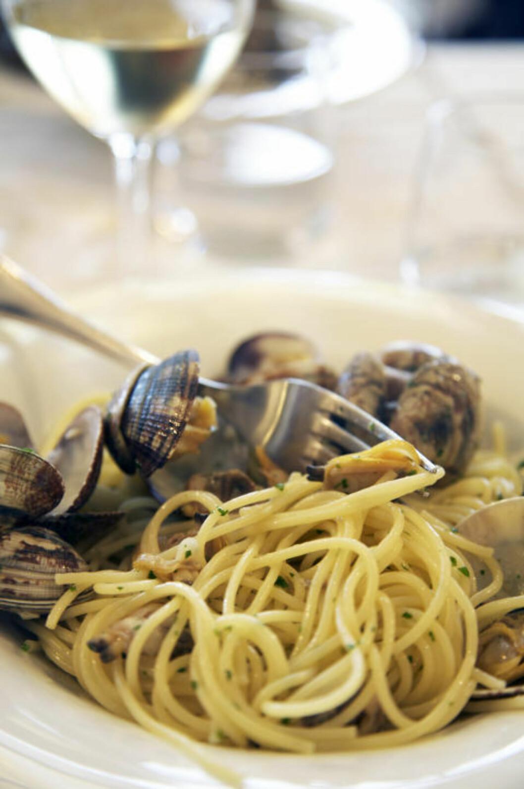 SPAGHETTI CON VONGOLE: Sjømat er populært i Imperia. En favoritt er pasta med skjell, kokt i hvitvin, olje og urter. Foto: LISE BJELLAND