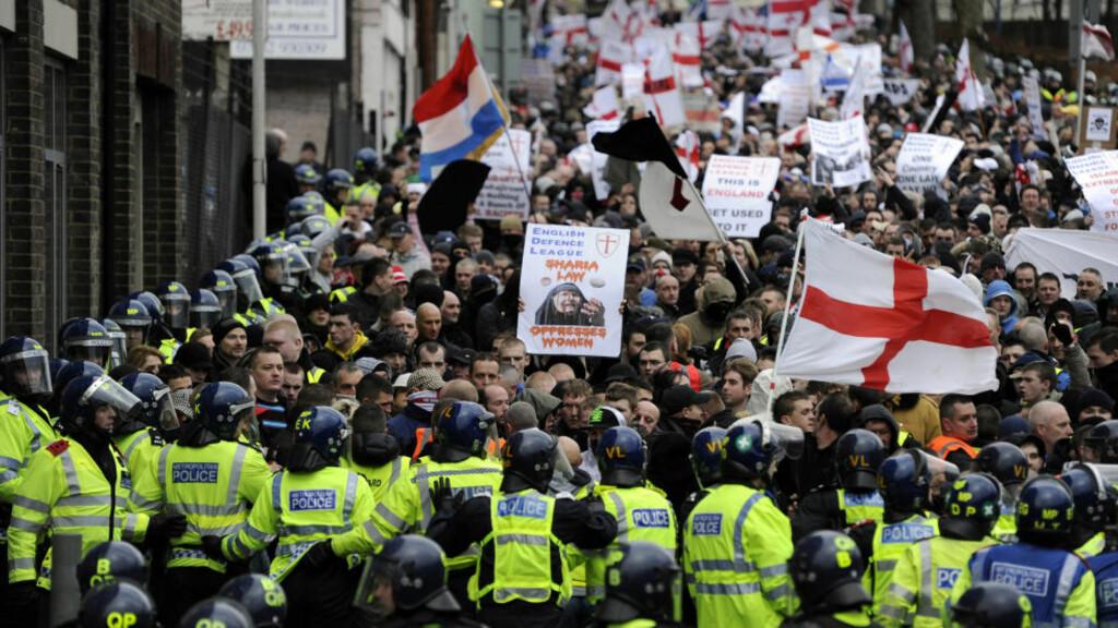 I STORBRITANNIA: Her er medlemmer fra EDL i britiske Luton, 5. februar 2011. Også nordmenn deltok. Foto: Paul Hackett/ REUTERS