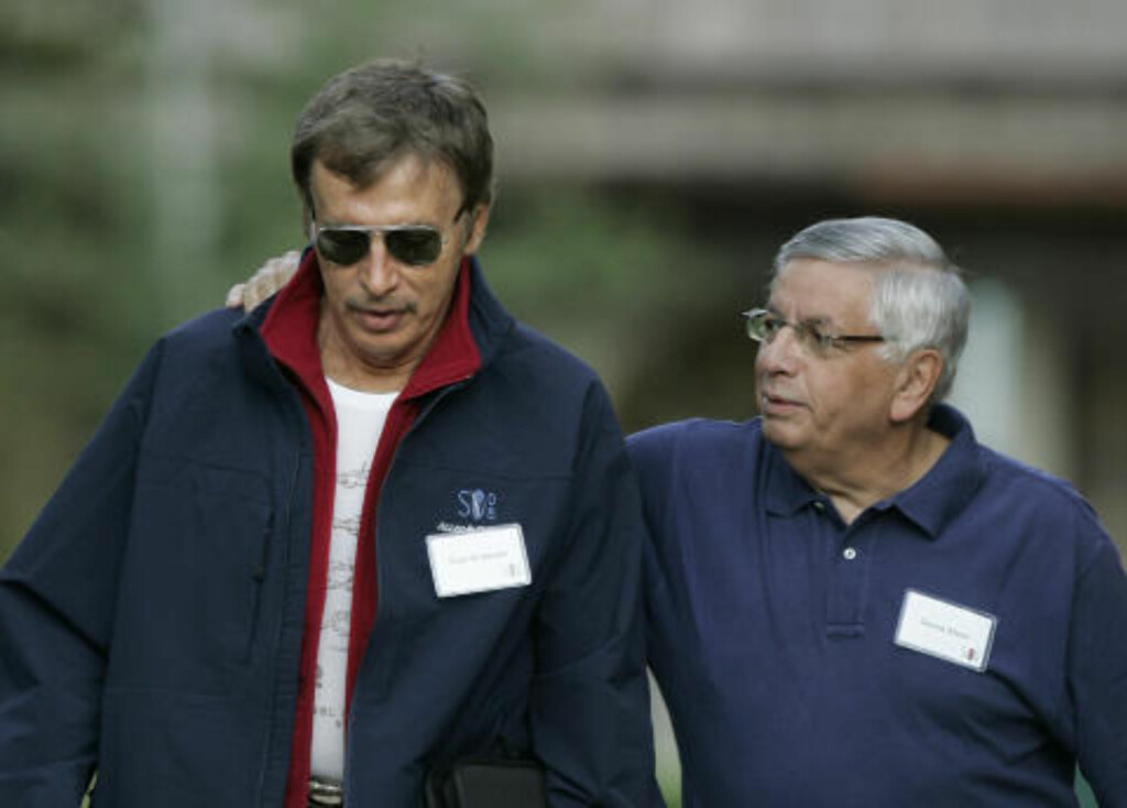 GODE KONTAKTER: Stan Kroenke, leder av The Kroenke Group, går sammen med NBA-topp David Stern. Foto: Douglas C. Pizac, AP Photo