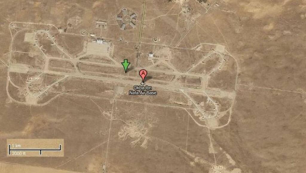 FLYBASEN SVENSKENE OVERVÅKET: Det er inne på denne flybasen over 150 km vest for Tripoli de svenske flyene har tatt overvåkningsbilder av en luftvernsinstallasjon. Foto: Google Maps.