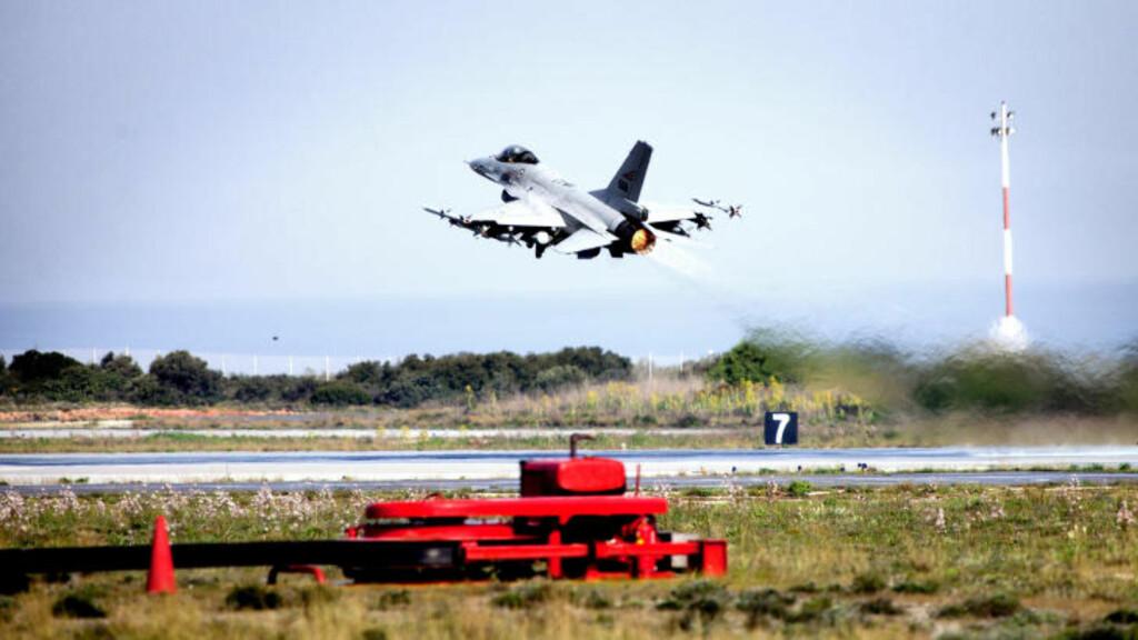 HAR DROPPET BOMBER: Her tar et norsk F16-fly av fra Souda Bay-basen på Kreta på vei til skarpt oppdrag i Libya. Foto: Lars Magne Hovtun/Forsvaret