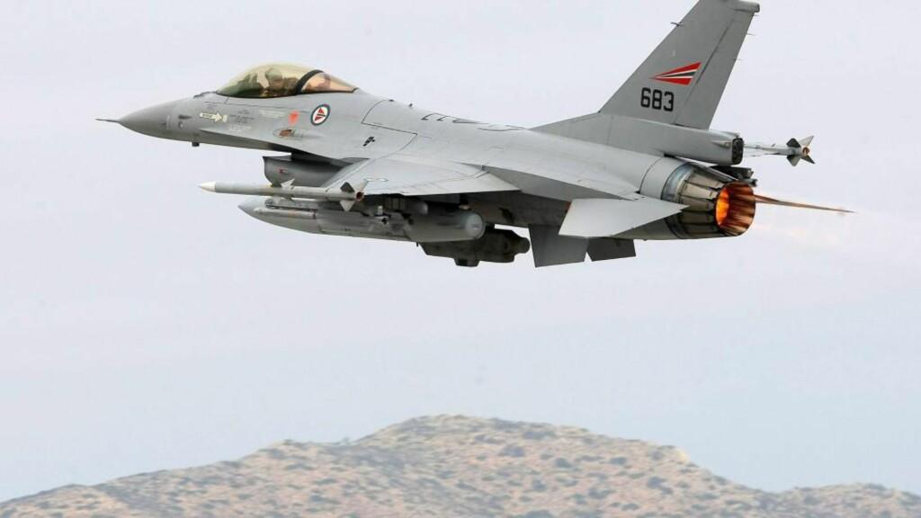 HAR SLUPPET 100 BOMBER: Her tar et norsk F16-kampfly av fra Souda Bay-basen på Kreta på vei til Libya 4. april. Nå har de norske flyene sluppet mer enn 100 bomber. Foto: EPA/Stefanos Rapanis/Scanpix