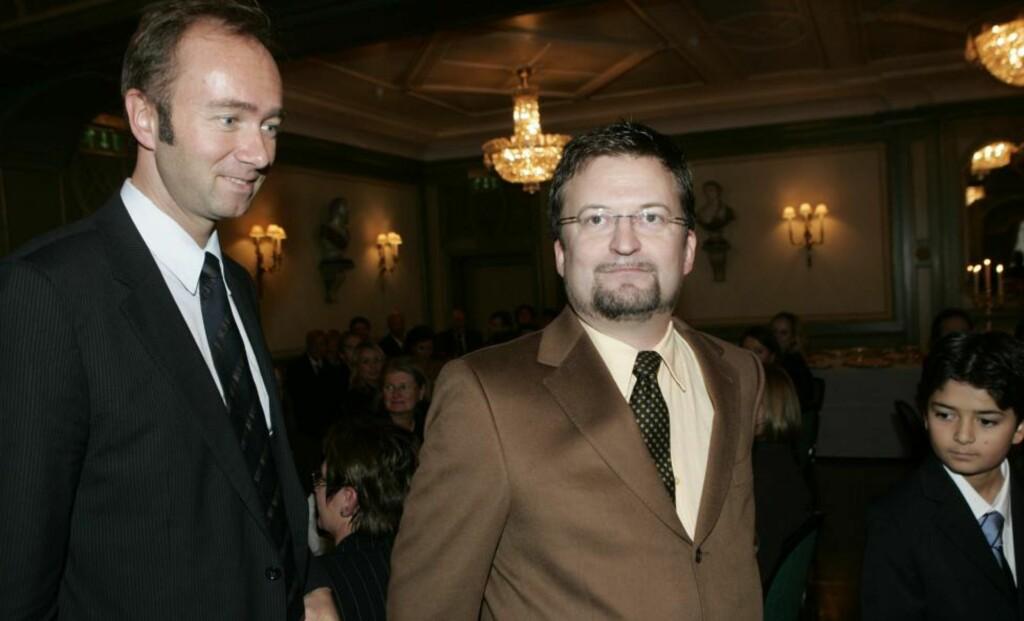 STOPPET I DØRA: Det hjalp ikke at Erik Fosnes Hansen hadde med seg næringsminister Trond Giske da han skulle på restaurant i Oslo. Her er de to på en prisutdeling i 2006. Arkivfoto: HEIKO JUNGE / SCANPIX