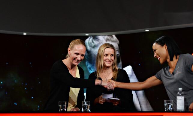 VENNSKAPELIG: Cecilia Brækhus og Anne Sophie Mathis hilser på hverandre under pressekonferansen. Det spørs om tonen mellom dem blir like god på lørdag. Foto: John Terje Pedersen / Dagbladet