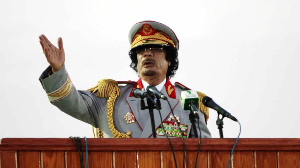 HVA HETER EGENTLIG DENNE MANNEN? Det er nok et spørsmål som bankene stiller seg. Libyas leder Muammar Kadhafi (Dagbladet og nyhetsbyrået AFPs skrivemåte) har så mange stavemåter at bankfolk klør seg i hodet. Arkivfoto: Reuters/Ismail  Zetouny/Scanpix