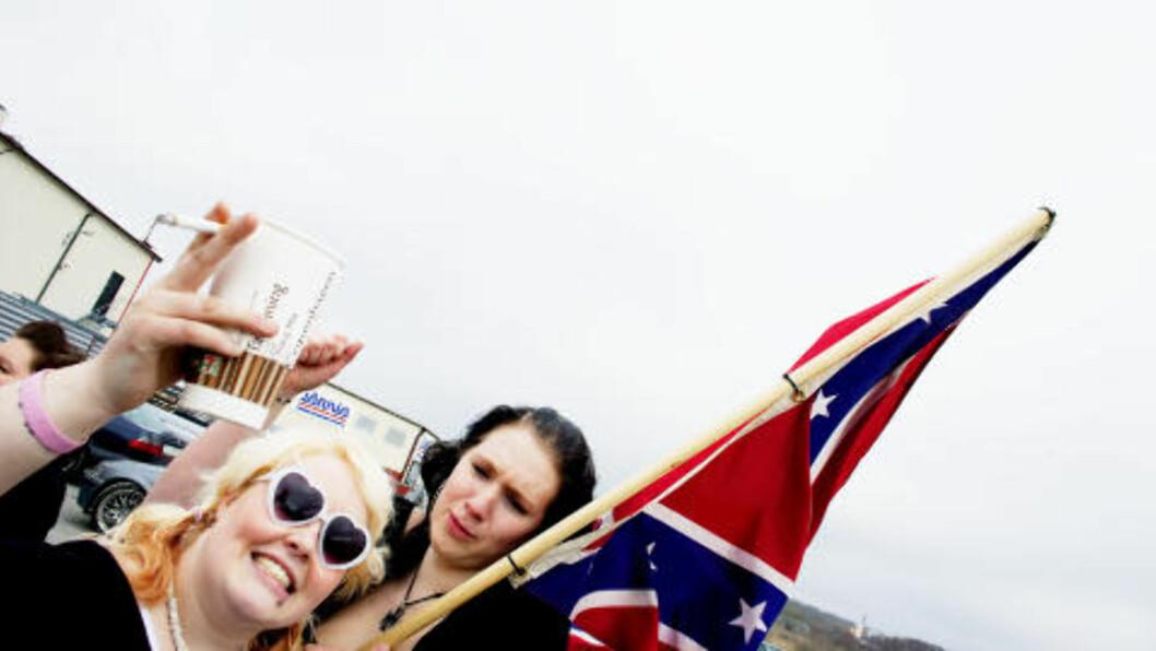 KOSTE SEG: Fredrikstadjentene Silje Linda Tand (med flagget) og Anette S. Paulsen storkoste seg på Statoil i Strømstad, sammen med hundrevis av andre rånere på skjærtorsdag i fjor.  Foto: Sara Johannessen / SCANPIX