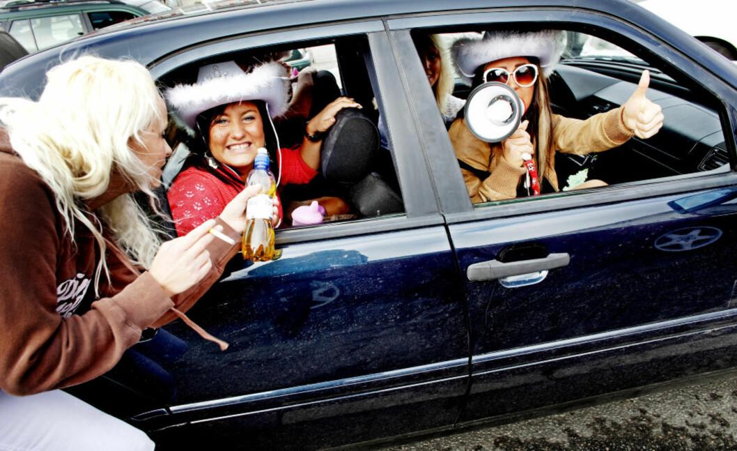 RÅNERE: Norske rånere fartet skjærtorsdag i flokk til Strömstad i fjor. Politi og tollvesenet forbereder seg på ny invasjon i morgen. Foto: Sara Johannessen / SCANPIX