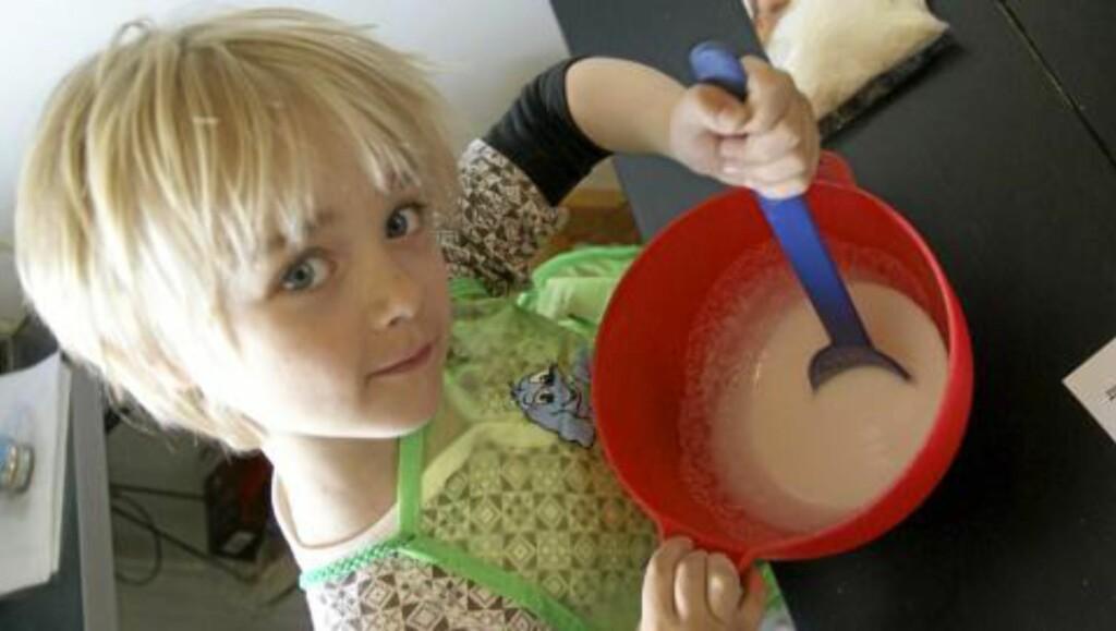 SØTT OG GODT: Barn elsker å hjelpe til på kjøkkenet. FOTO: Marit Aaby Vebenstad