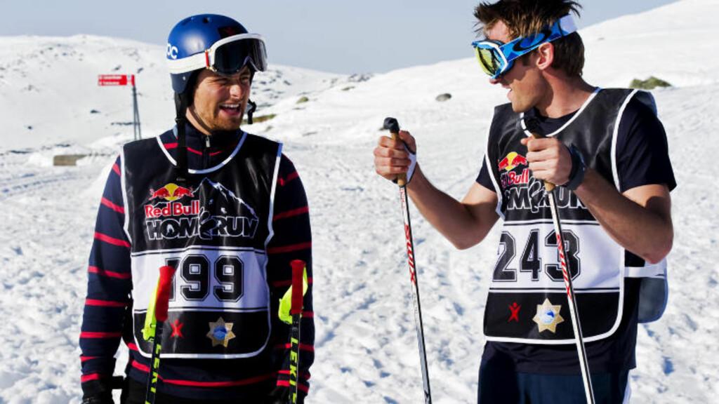VINNEREN OG DEBUTANTEN: Fjorårsvinner Hans Olsson vant den elleville alpin-fellesstarten i Åre også i går. Debutant Petter Northug forsøkte å få noen tips før start, uten at det hjalp ham stort. Foto: Daniel Rönnbäck