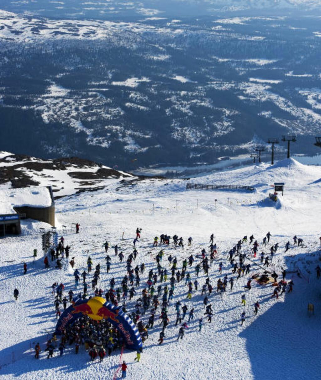LANGT BAK: Konkurrentene pakket inn Northug i startområdet så han ikke fikk skaffet seg en god plassering på de første meterne der det skulle løpes fram til skiene. Foto: Mattias Fredriksson