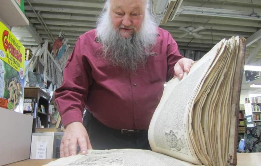 BLE MÅLLØS:  Bokhandler Ken Sanders i Utah hadde neppe forventet å få en 500 år gammel bok i fanget. Boka er nå utstilt i forretningen hans i Salt Lake City. Foto: AP Photo/Brian Skoloff