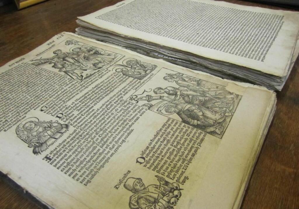 SKATT:  Den 500 år gamle boka er i god forfatning, men mangler to tredjedeler av sidene. Nürnberg-krøniken ble utgitt 1493. Under 50 år tidligere, i 1445, sendte Gutenberg ut de første trykte bøker. Foto: AP Photo/Brian Skoloff/Scanpix