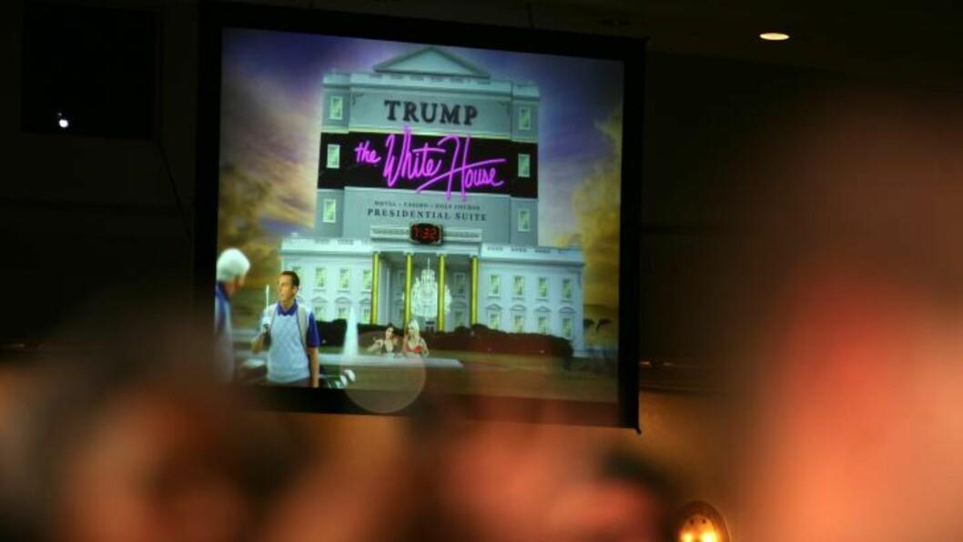 TRUMPS HVITE HUS: Obama viste fram denne illustrasjonen under talen. Foto: EPA/MARTIN H. SIMON / POOL/Scanpix
