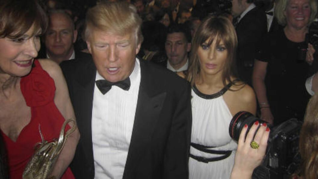 PÅ MIDDAG: Donald Trump kom sammen med kona Melania (til høyre). Foto: REUTERS/Jim Bourg/Scanpix