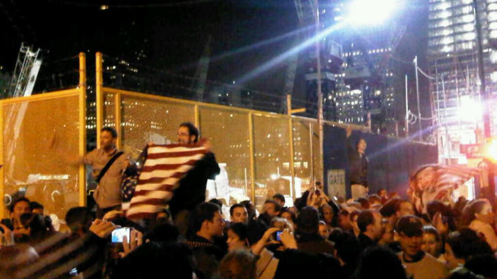 VILLE JUBELSCENER:  På Ground Zero i New York feires drapet på Osama med vild jubel. MMS: Anne-Marte Blindheim