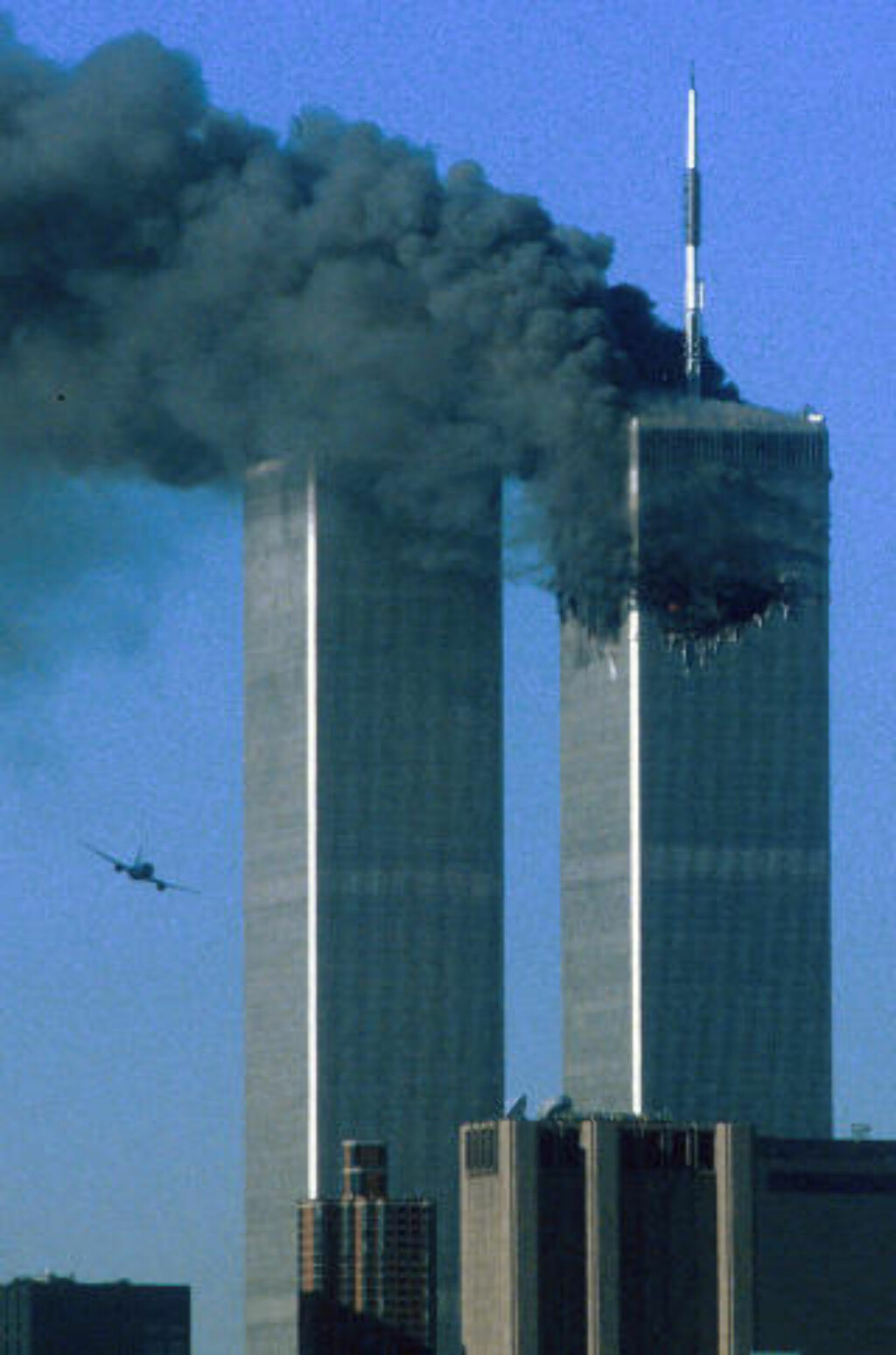 TERROR:  United Airlines flight 175 flyr er i ferd med å krasje inn i World Trade Center. Terrorangrepene 11. september skapte en ny verden og gjorde Osama bin Laden til verdens mest ettersøkte mann. Foto: REUTERS/Sean Adair