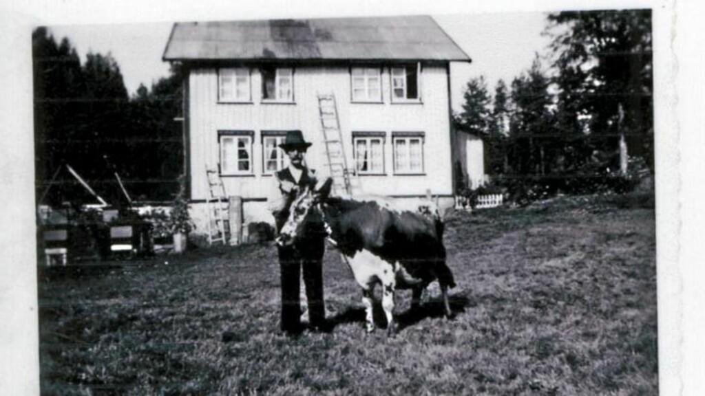 BYTTEHANDEL: Det som i dag er hytte, var en gang i tiden andre etasje på et bolighus fra 1890. Dette har blitt flyttet to ganger, sist til en gård på Åmli i 1995. Han som Arne og Hilde kjøpte hytta av bodde på gården ved siden av. Bygningen skulle egentlig rives og brukes til fyring, men da byttet han den like gjerne til seg mot en tilsvarende mengde ved i bjørkestammer. FOTO: Privat