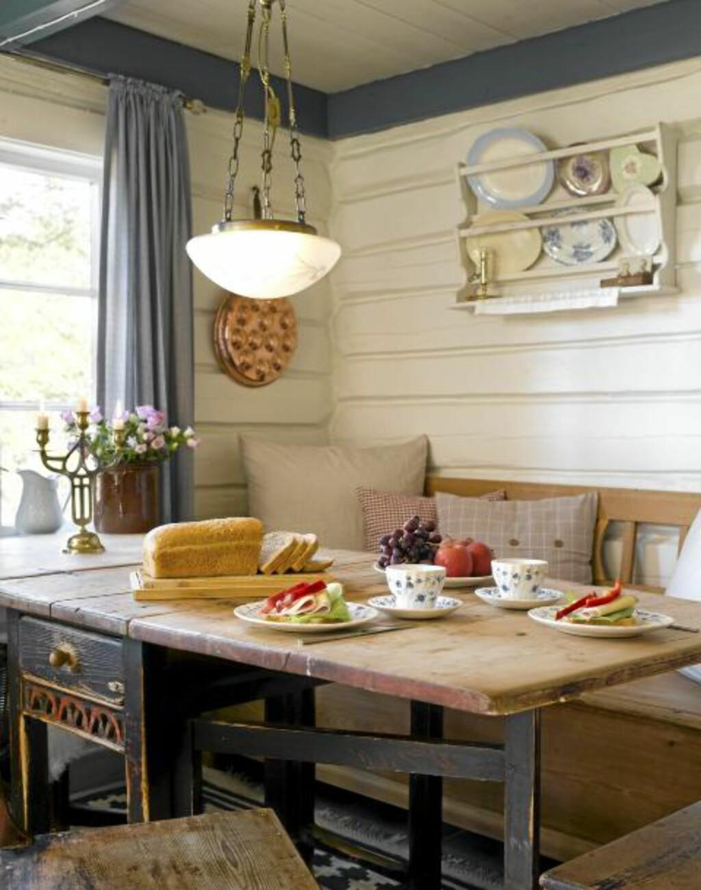 SJARMERENDE SPISEKROK: Til den koselige spisekroken har de kjøpt et gammelt bord fra 1820 på en brukthandel. Benken er arvegods. FOTO: Per Erik Jæger