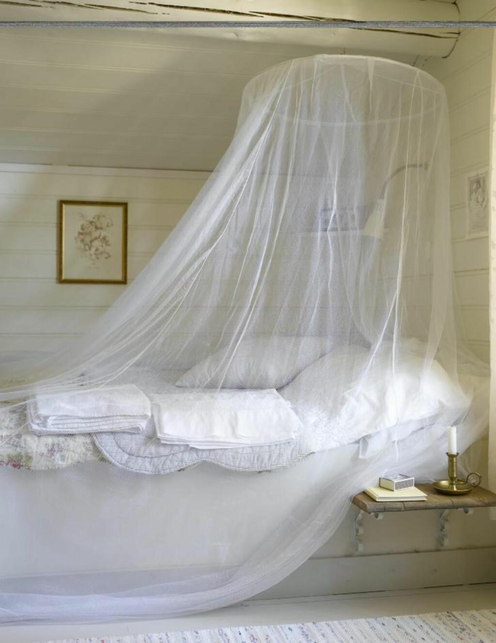 ROMANTISK: Soverommene oppe er lyse, delikate og romantisk innredet.  FOTO: Per Erik Jæger