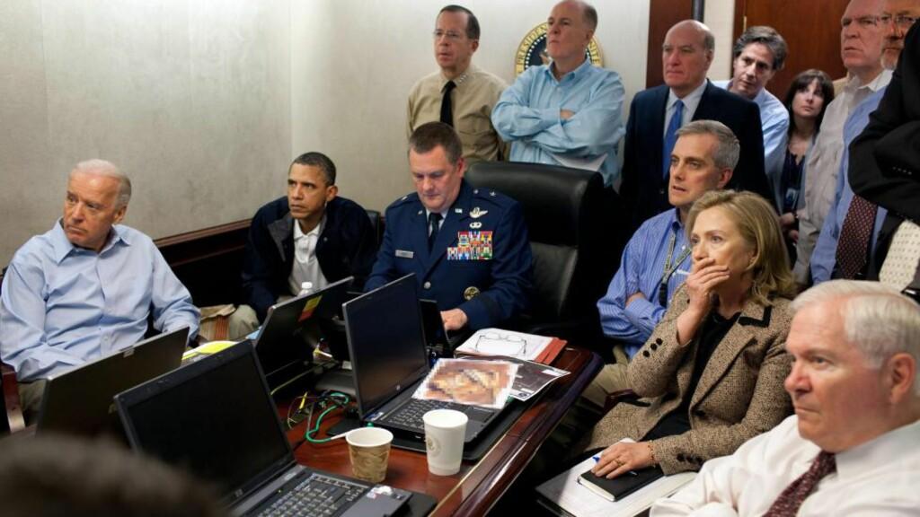 IKONISK:  Bildet fra Situation Room gikk verden rundt. Flere bet seg merke i Hillary Clintons sjokkerte ansiktsuttrykk. På PC-en foran henne ligger det forresten et hemmeligstemplet dokument som er pikselert. Foto: EPA/Pete Souza / WHITE HOUSE HANDOUT