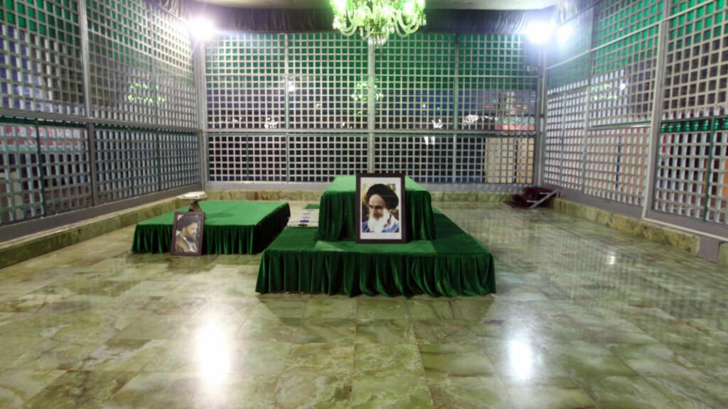 IRAN: Helligdommen for grunnleggeren av den islamske republikken Iran, ayatolla Khomeini. Hans «dødsdom» over forfatteren Salman Rushdie og boka Sataniske Vers ble innledningen til den kulturkampen som stadig fører til nye kontroverser. Foto: SCANPIX