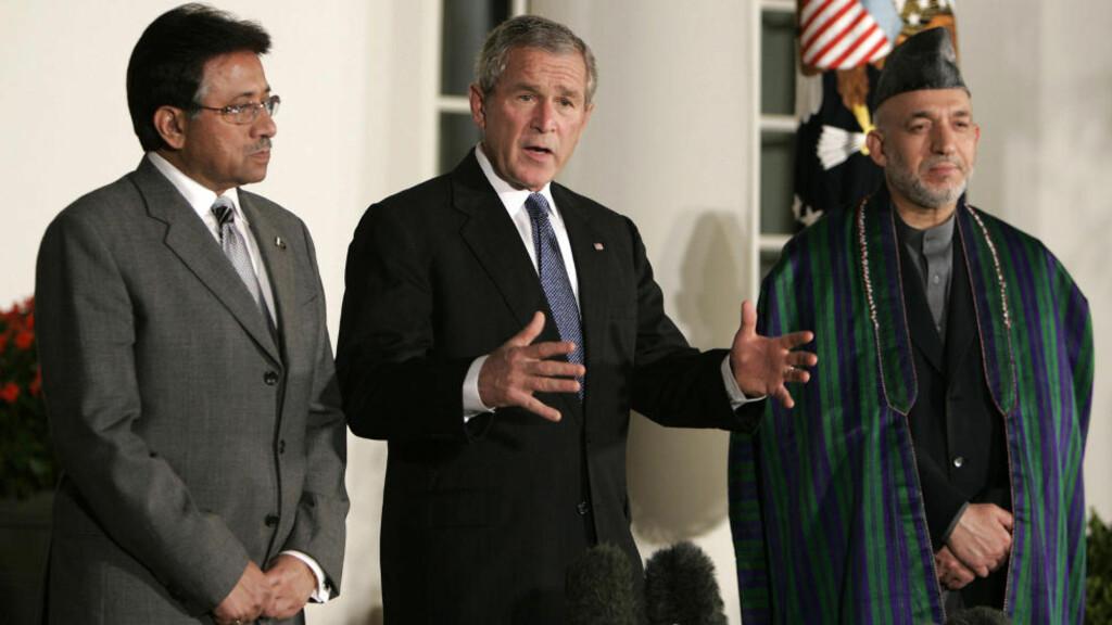 HEMMELIG AVTALE: USAs daværende president George W. Bush (C) skal på tampen av 2001 ha gjort en hemmelig avtale med Pakistans president Pervez Musharraf . Her er de to sammen med Afghanistans president Hamid Karzai i Det hvite hus i 2006. Foto:REUTERS/Joshua Roberts/Files