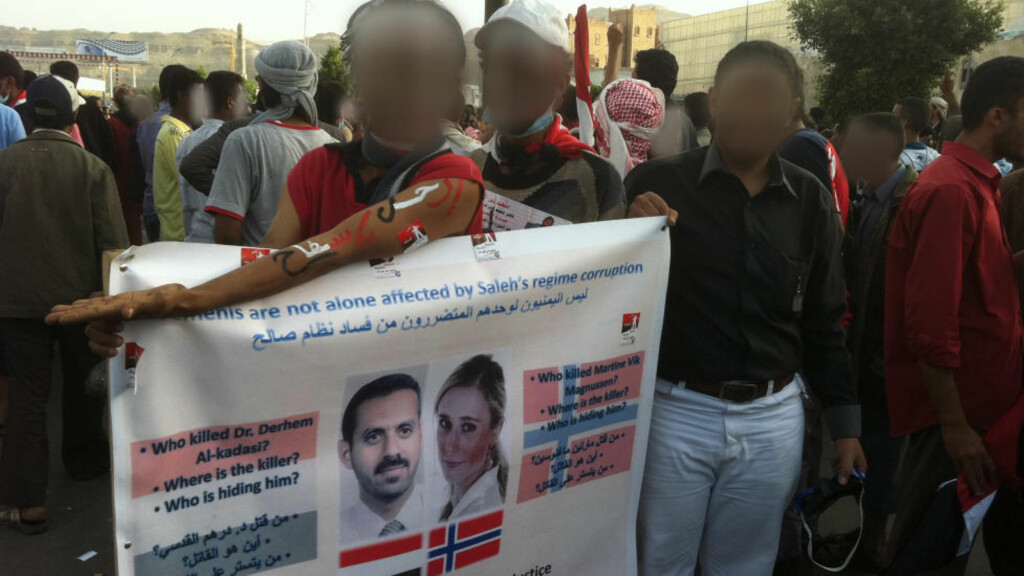 PLAKATER: Martine-stiftelsen har bidratt økonomisk til at det kan henges opp plakater om Martine-saken i den jemenittiske hovedstaden Sana'a. Ansiktene er sladdet av sikkerhetshensyn. I løpeseddelen (under til høyre), utlover Martine-stiftelsen dusør til dem som bidrar til at Farouk Abdulhak blir utlevert til England. Foto: PRIVAT