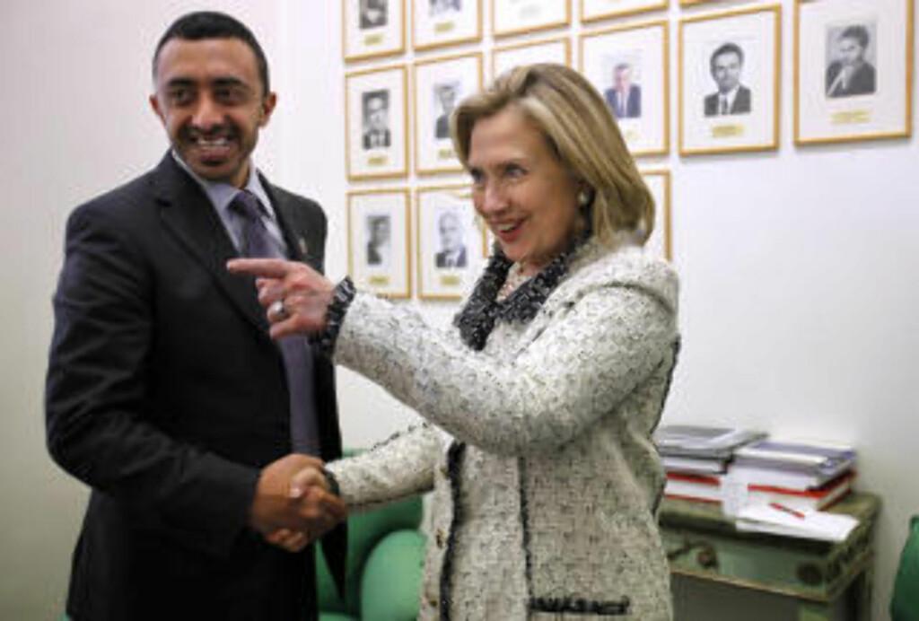BESTILTE:  Det var Abdullah bin Zayed al-Nahyan som bestilte hærstyrken. Her sammen med USAs utenriksminister Hillary Clinton: Foto: (AP Photo/Jacquelyn Martin, Pool)