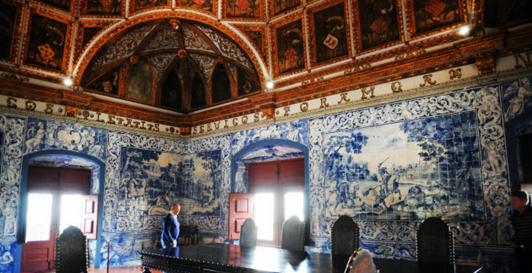<strong>OVERDÅDIG INTERIØR:</strong> Vakkert flislagte vegger i det gamle kongepalasset i Sintra. Foto: MARIANNE OTTERDAHL-JENSEN