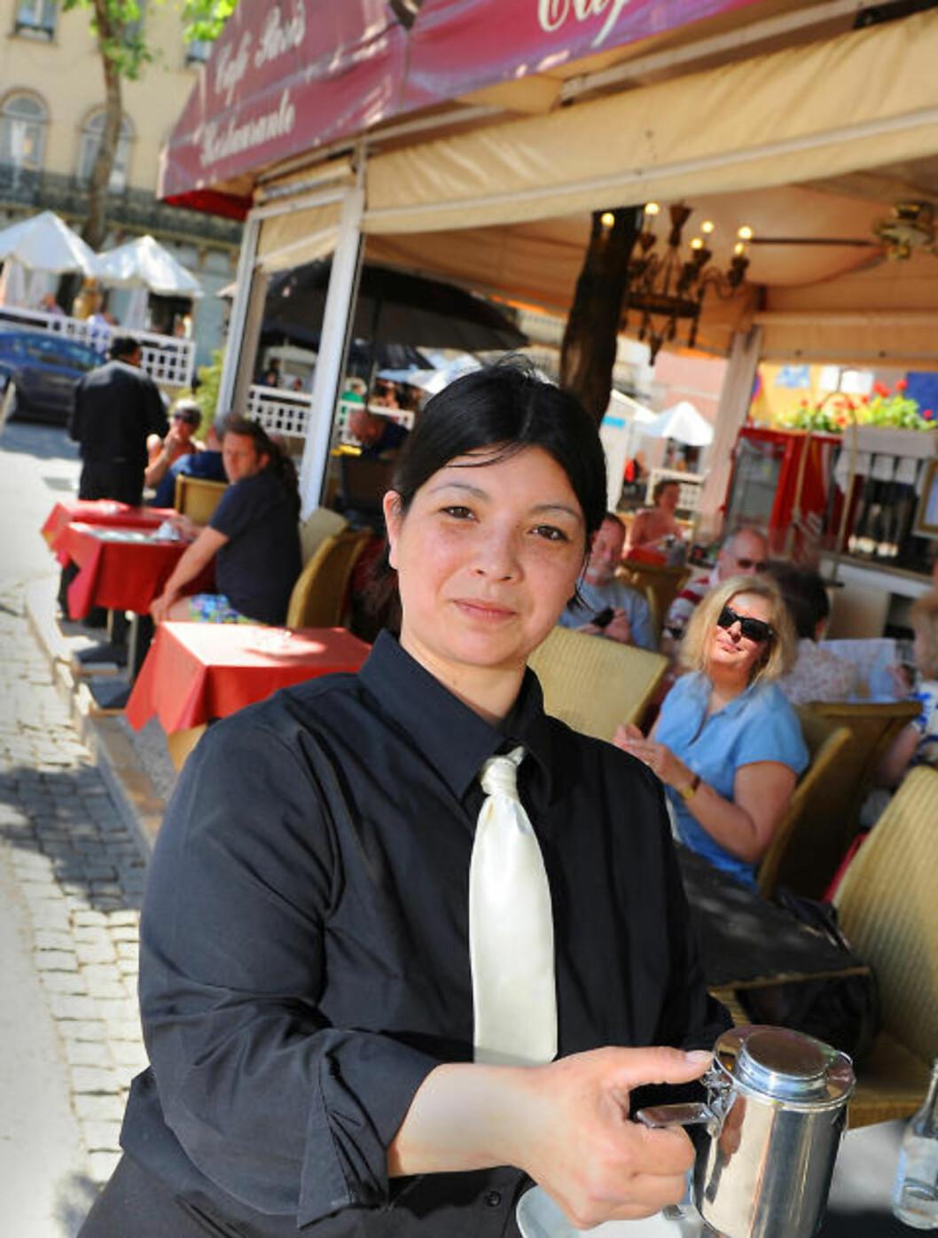 <strong>KAFELIV:</strong> Kelner Emma på Café de Paris er både blid og serviceinnstilt. Foto: MARIANNE OTTERDAHL-JENSEN
