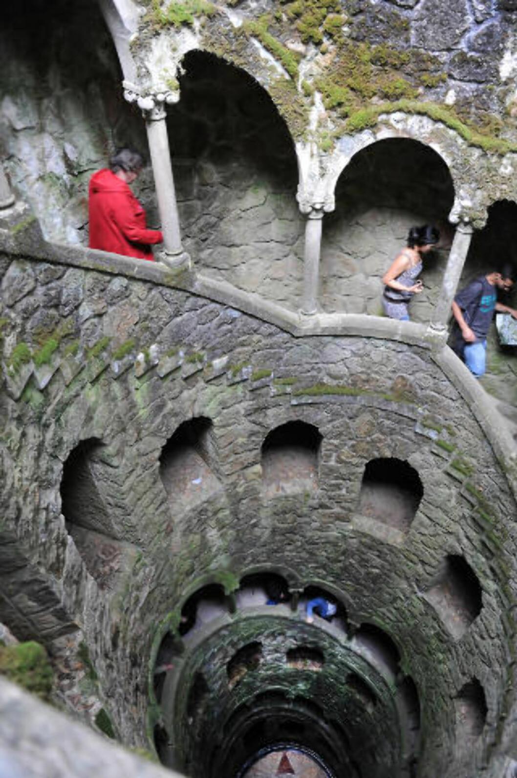 <strong>BRATT:</strong> Vindeltrappa i Pena-palasset fører ned til en underjordisk sjø. Foto: MARIANNE OTTERDAHL-JENSEN