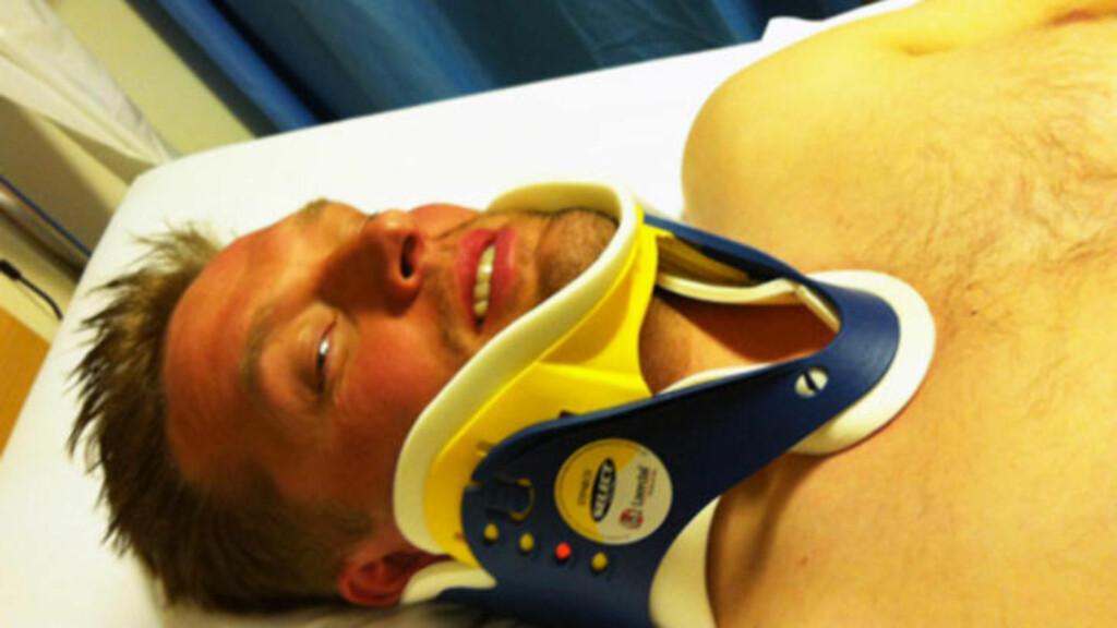 MØRBANKET:  Kenneth Gundersen Bjørneseth fikk skader i skulderen, albuen og hofte, men syntes han var heldig som kom fra ulykken i live. Her ligger han på sykehuset etter sammenstøtet. MMS-foto: Privat
