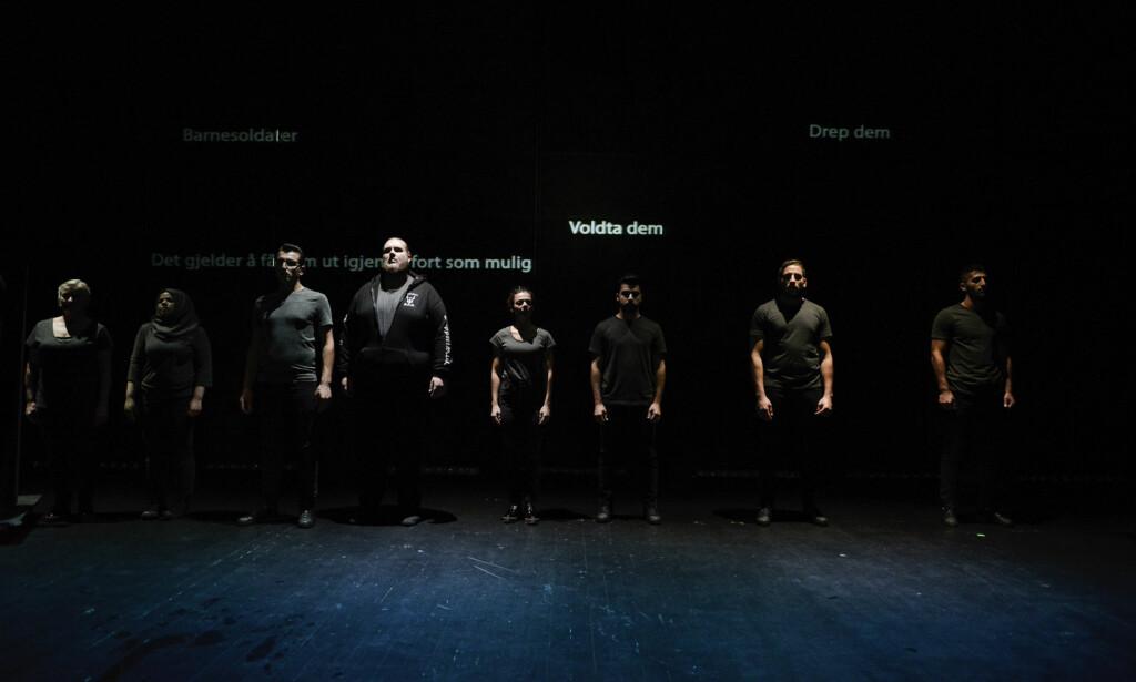 FIKSJON OG FAKTA OM FLUKT: Tre profesjonelle skuespillere og fem syriske flyktninger deler Agder Teaters scene. Foto: Jacob Buchard, Kilden