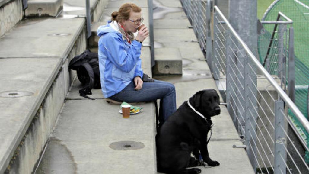 EN TILSKUER:  Rundet tjue personer fant veien til Stampesletta. Jenta i blå jakke tok med seg en hund. Foto: Lars Eivind Bones/Dagbladet